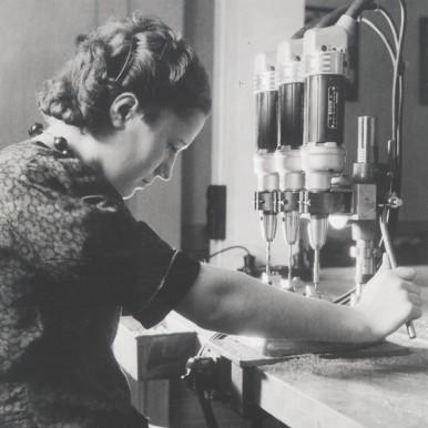 Produktion mit einer Bosch-Handbohrmaschine (Elektrowerkzeug) im Bosch-Ständer, 1940