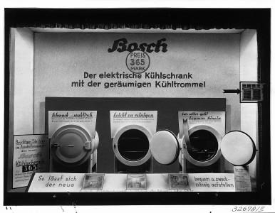 Erster Bosch-Kühlschrank im Schaufenster der Stuttgarter Elektrischen Werke, 1933