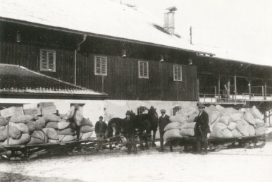Delivery of fertilizer and feeding stuff at the Bosch Farm in Mooseurach, ca.1927