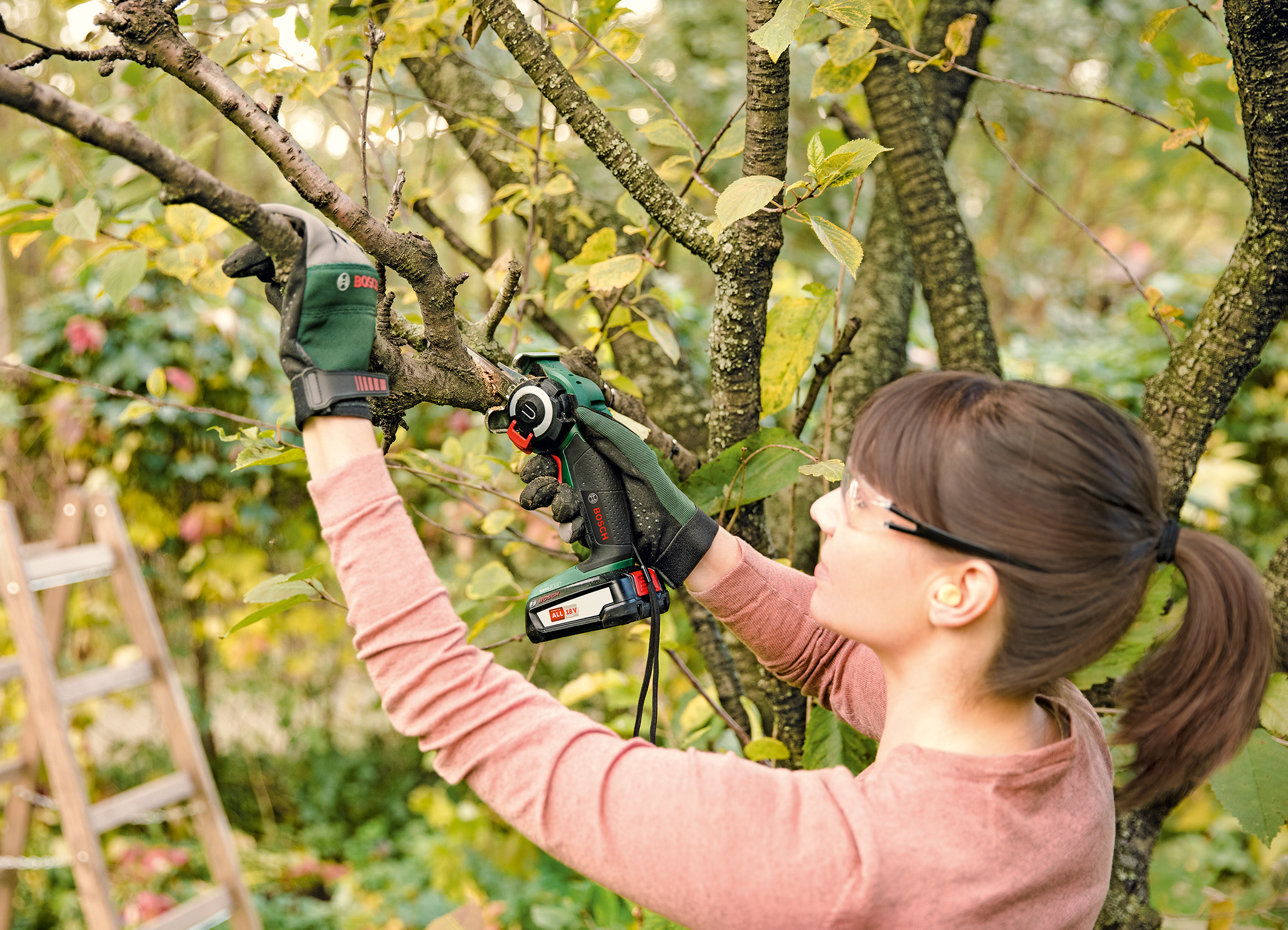 Powerful cordless saw for versatile, flexible and quick applications: AdvancedCut 18 from Bosch for do-it-yourselfers