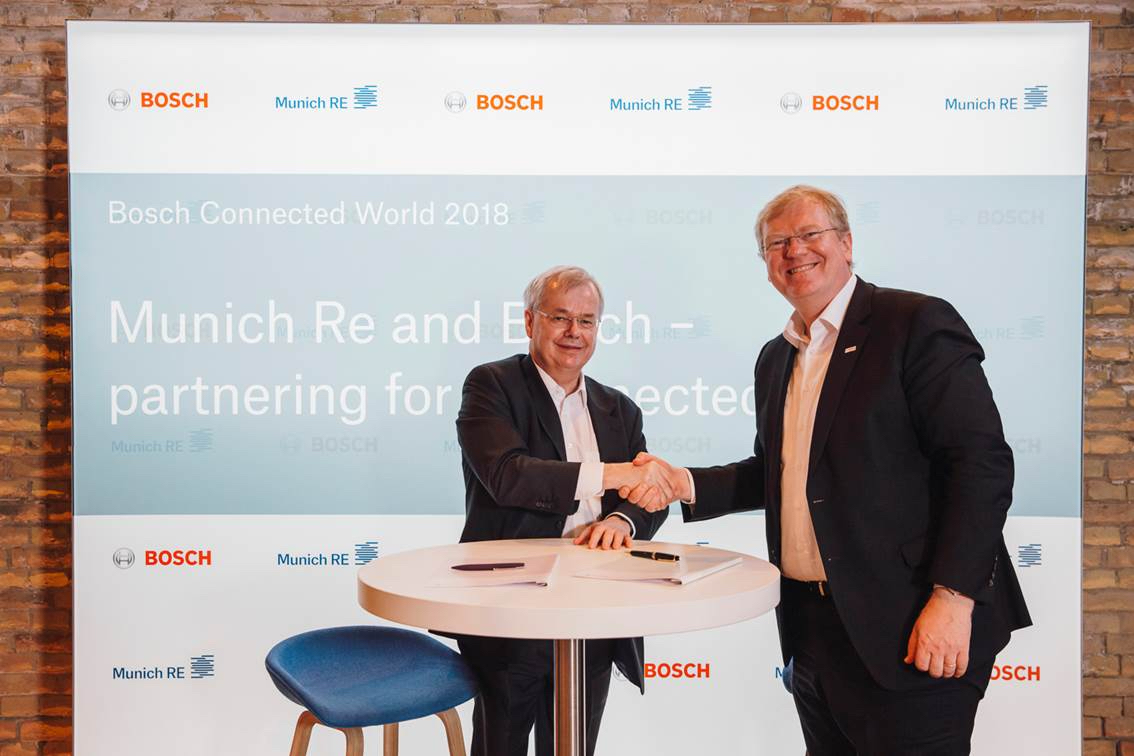 Dr. Stefan Hartung (for Bosch) and Torsten Jeworrek (for Munich Re) sign connected-industry partnership agreement at Bosch ConnectedWorld 2018.