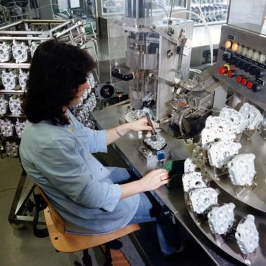 Assembly of KE-Jetronic at the Bamberg plant, 1984