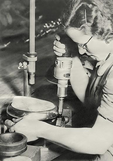 Arbeiterin bei der Scheinwerferfabrikation mit einem Bosch-Elektrowerkzeug, 1938