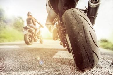 Motorrad in Sonne mit Fokus auf Reifen