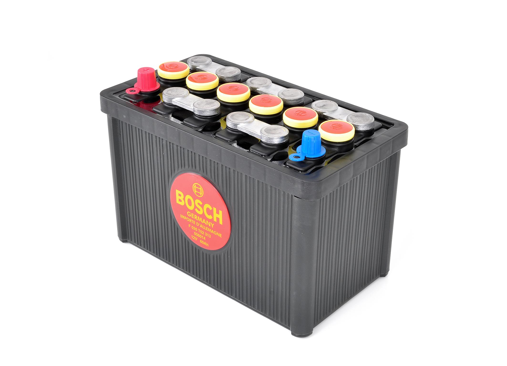 Die schwarze Klassik-Batterie von Bosch entspricht äußerlich exakt dem historischen Vorbild, nutzt im Innenleben aber die Vorteile moderner Technik und Qualitätsstandards.
