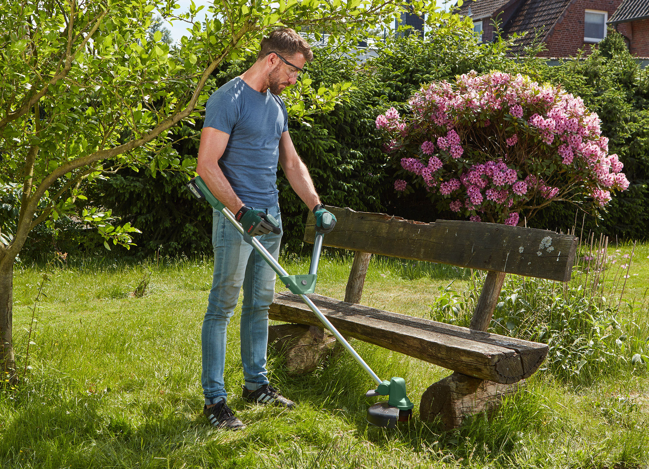 Ergonomic and fast: UniversalGrassCut 18 for medium-sized gardens