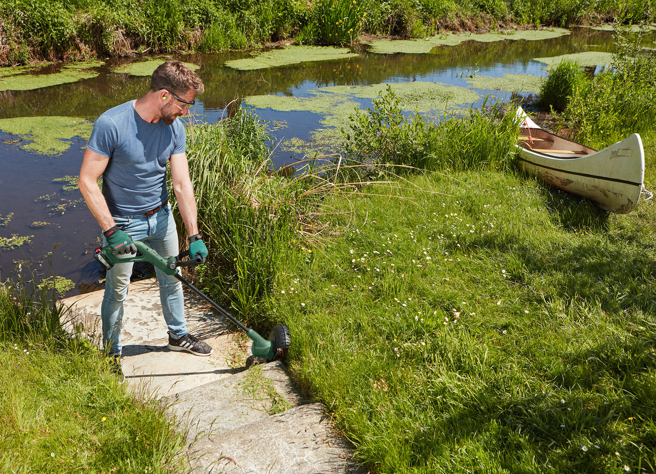 Lightweight and comfortable:  EasyGrassCut 18 from Bosch for smaller gardens