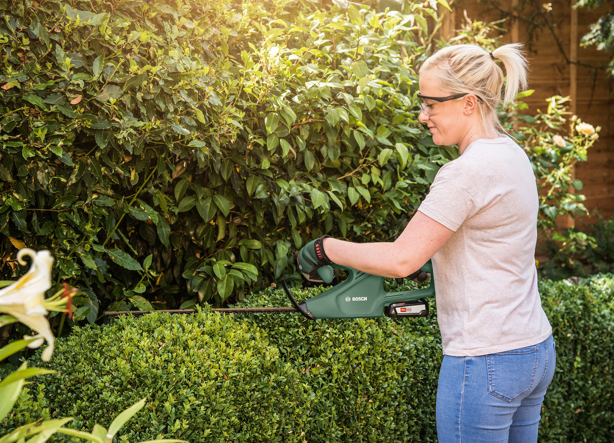 Controlled, comfortable and efficient cutting: The new 18 volt cordless hedgecutter from Bosch