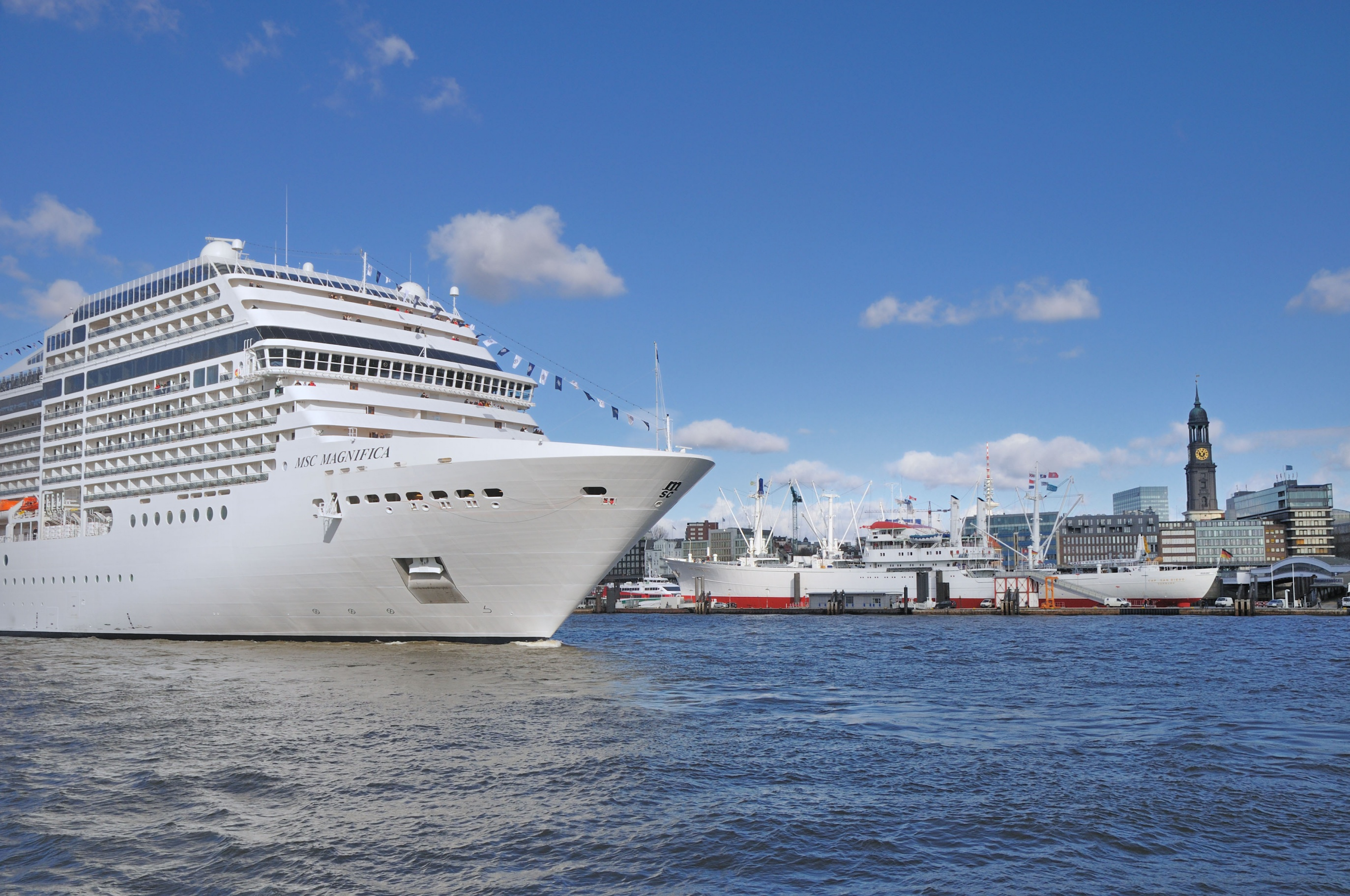 Kreuzfahrtschiff im Hamburger Hafen
