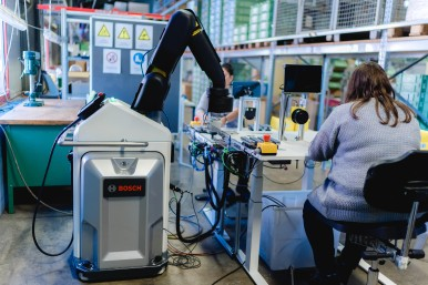 APAS at work: Bosch's automated production assistant supports people.