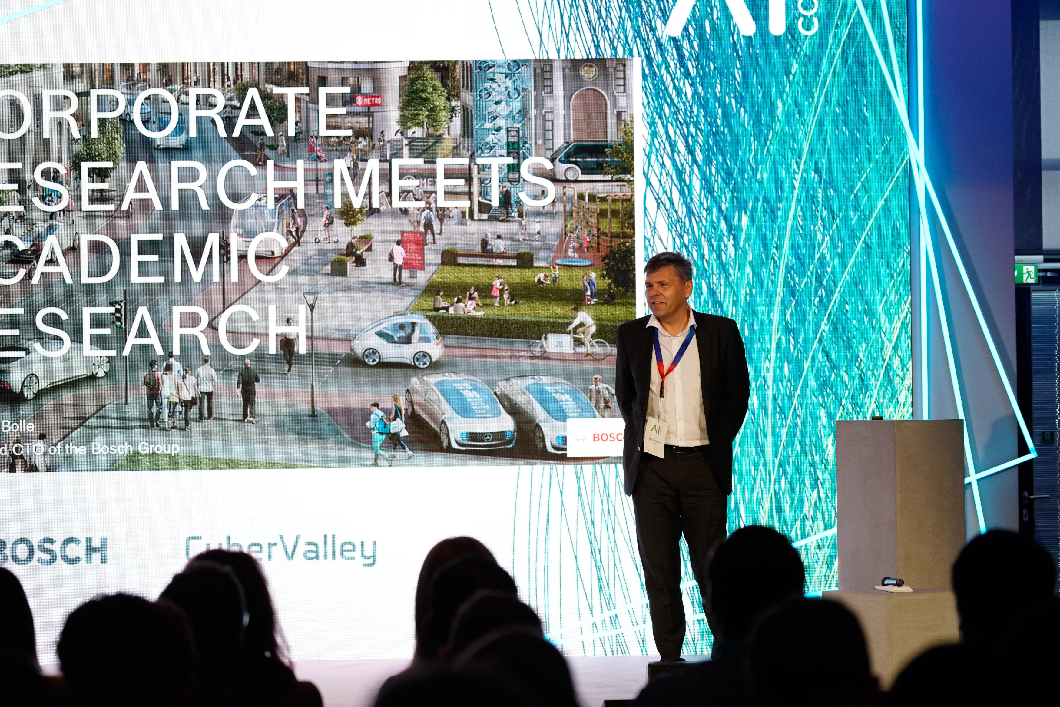 Dr. Michael Bolle (Bosch CTO/CDO) bei seinem Impulsvortrag auf der AI CON in Renningen.