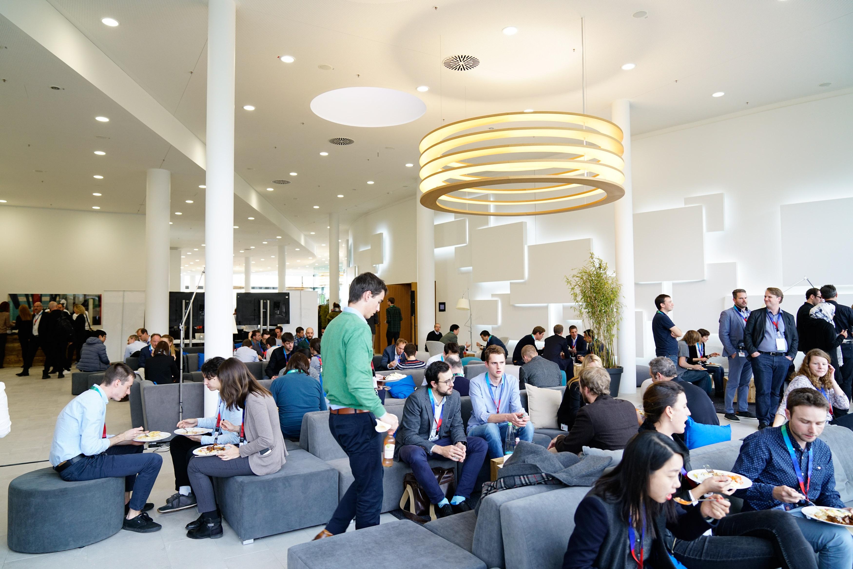 Impulsvorträge und Networking: die Teilnehmer der AI CON in Renningen.