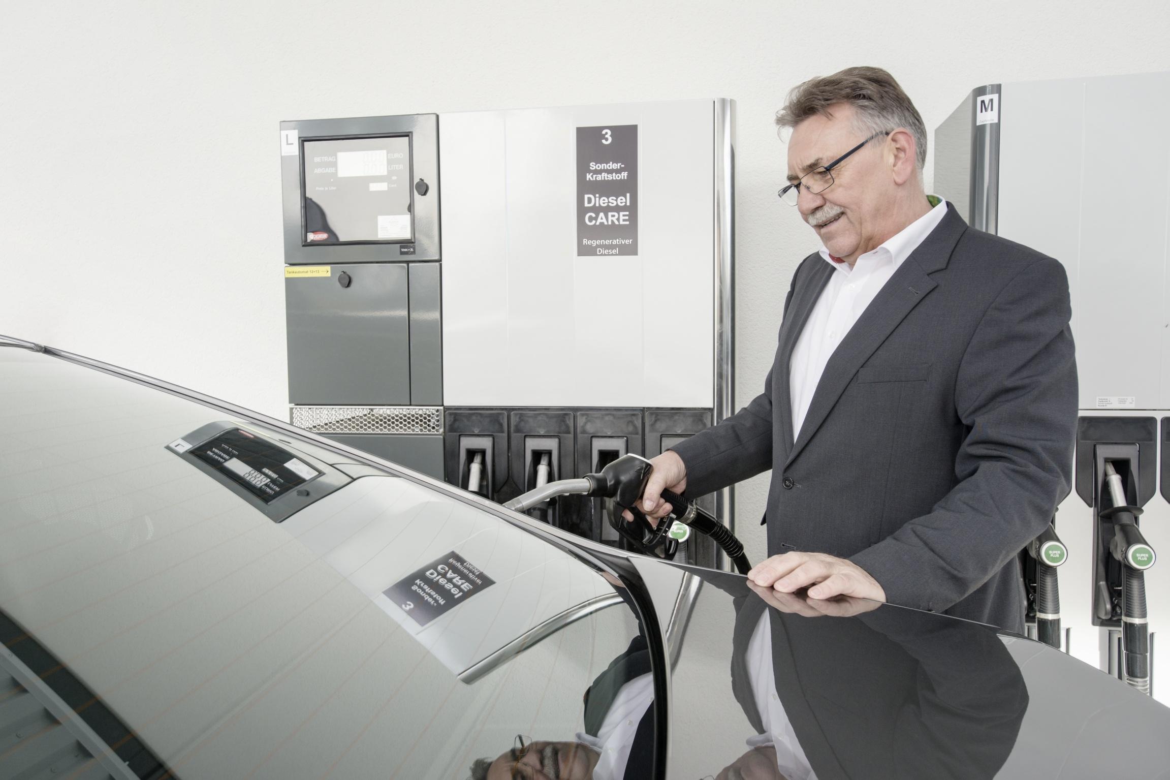 Bosch-Geschäftsführer fahren mit 100 Prozent regenerativem Diesel