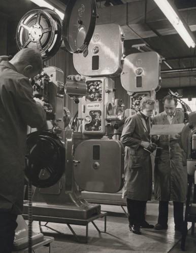 Montage von 35-mm Filmvorführmaschinen bei Kino-Bauer in Stuttgart- Untertürkheim, 1961