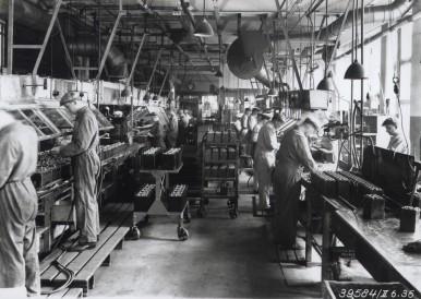 Bosch-Arbeiter bei der Fertigung von Batterien, 1936