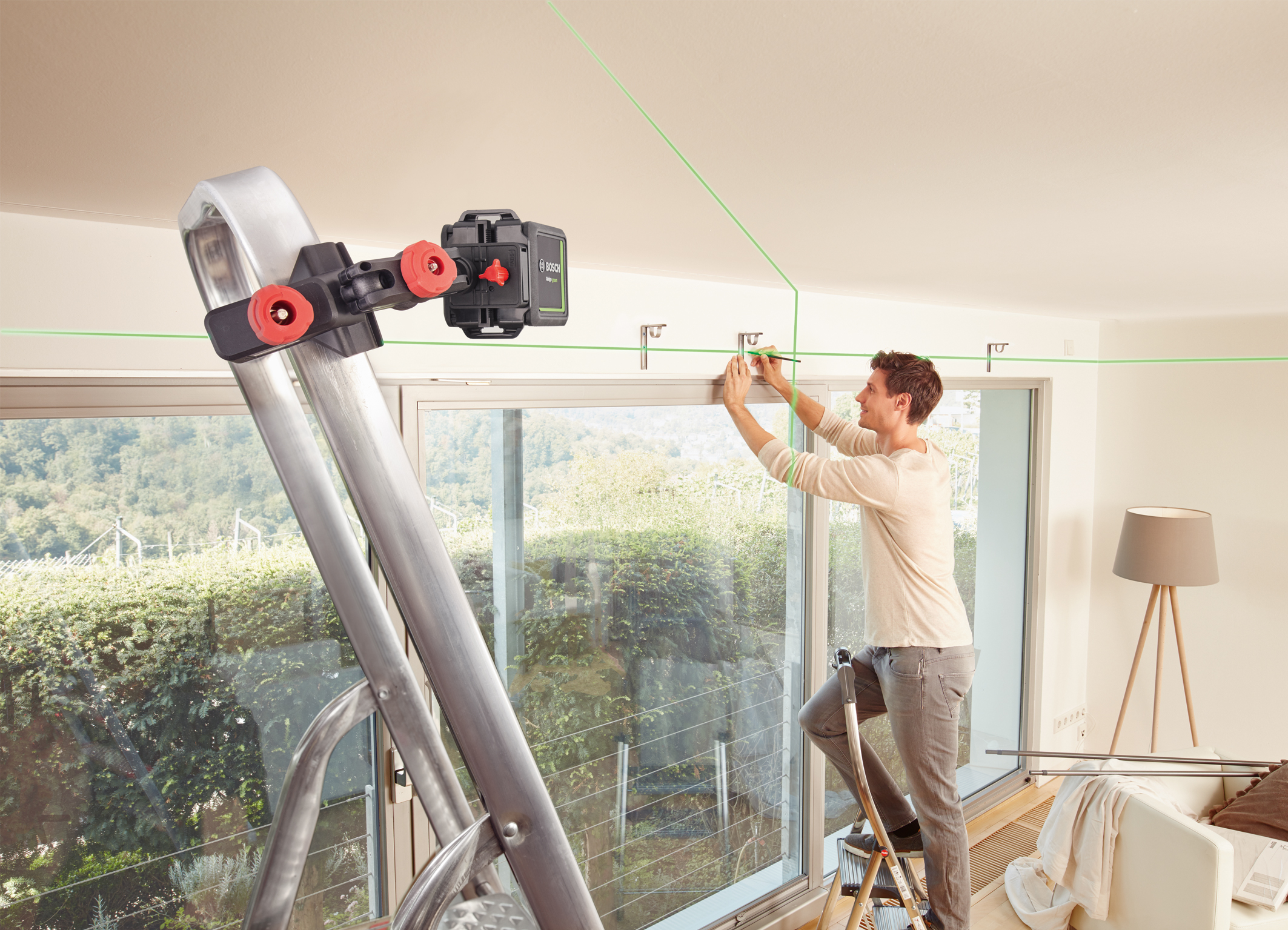 Easy alignment in all lighting conditions: Quigo Green cross line laser from Bosch