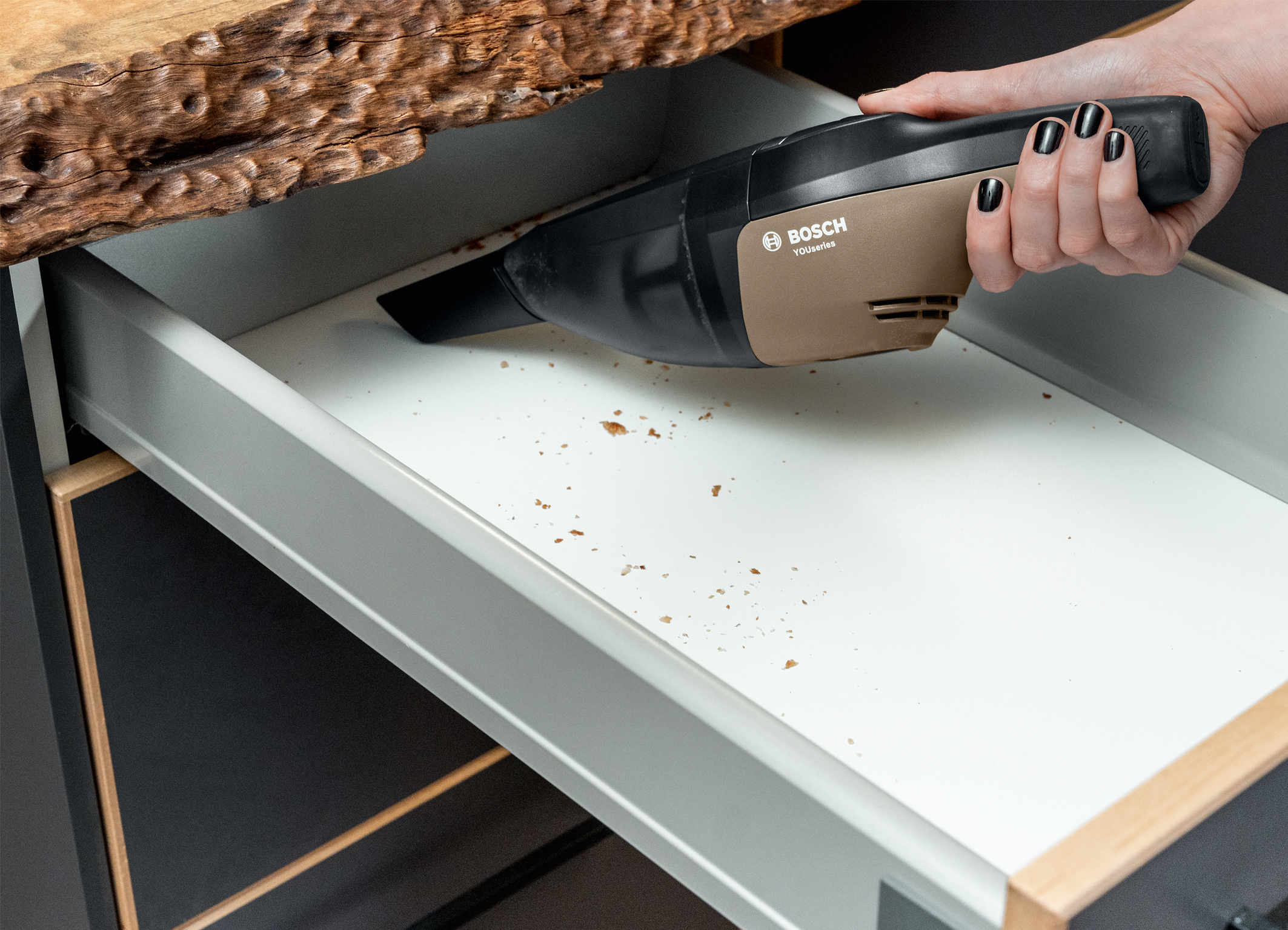 A universal everyday helper – vacuuming with style: The cordless hand-held vacuum cleaner from the YouSeries