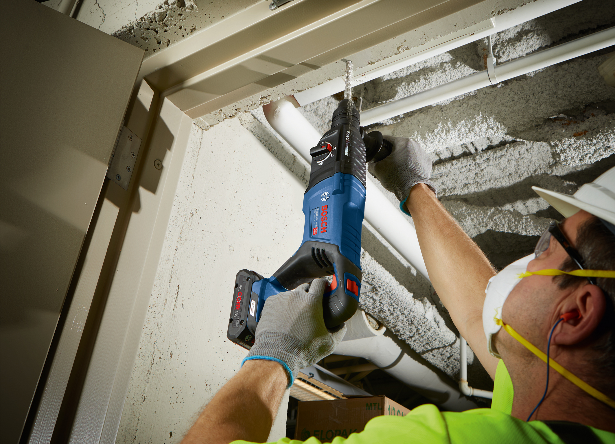 Optimized design for vertical drilling and chiseling: 18 volt rotary hammer GBH 18V-26 D Professional from Bosch for professionals