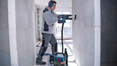Effizient arbeiten ‒ staubarm bohren:  Neue Staubabsaugungen von Bosch für Profis