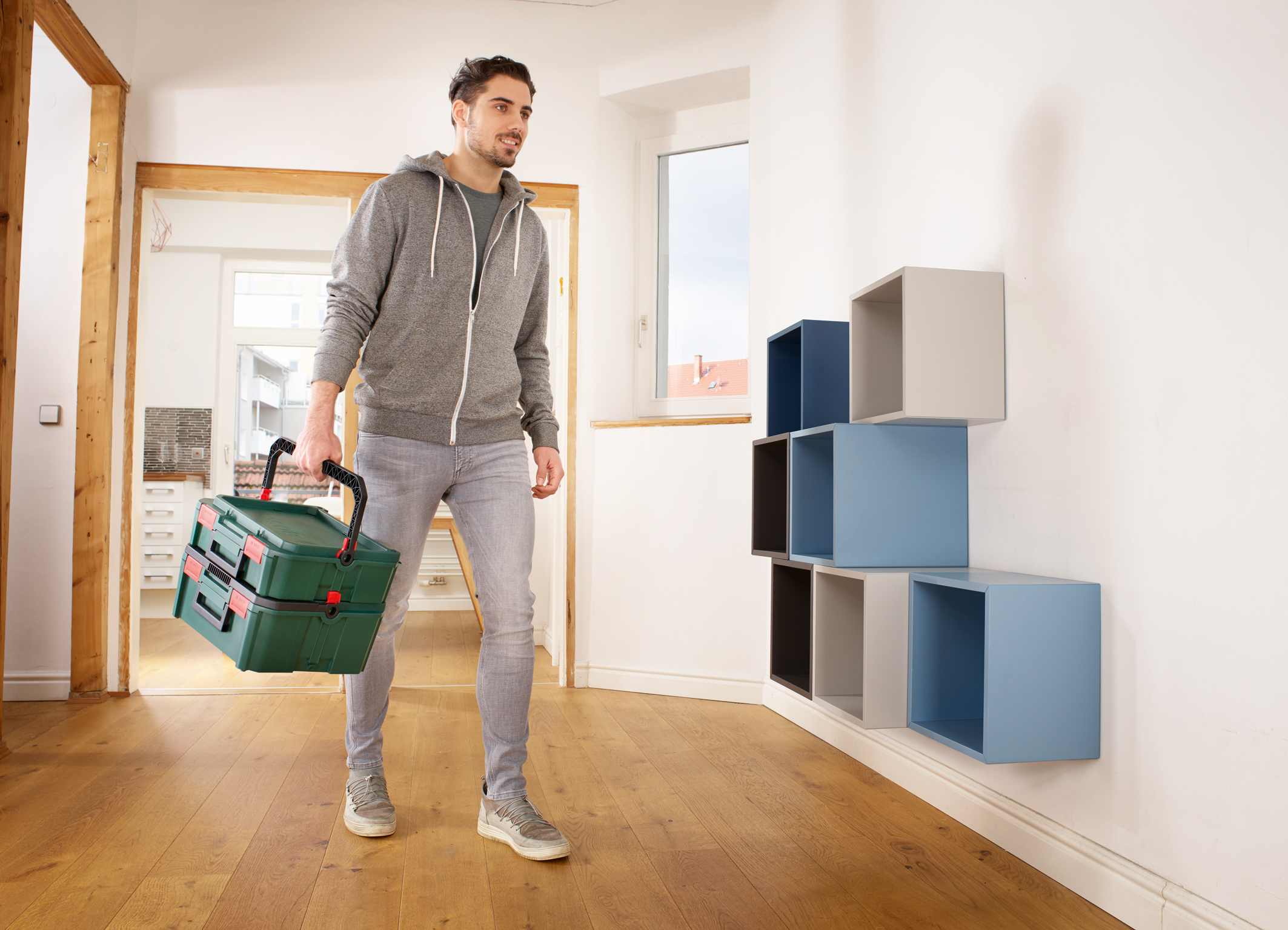 Easy transport when connected due to a horizontal and a vertical handle: Bosch SystemBox product range for even better organization in a hobby cellar or a garage