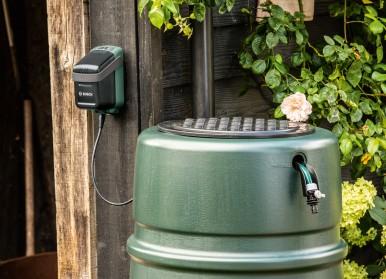 """Komfortable und nachhaltige Gartenbewässerung:  Erste Akku-Regenwasserpumpe im """"Power for All""""-System von Bosch"""