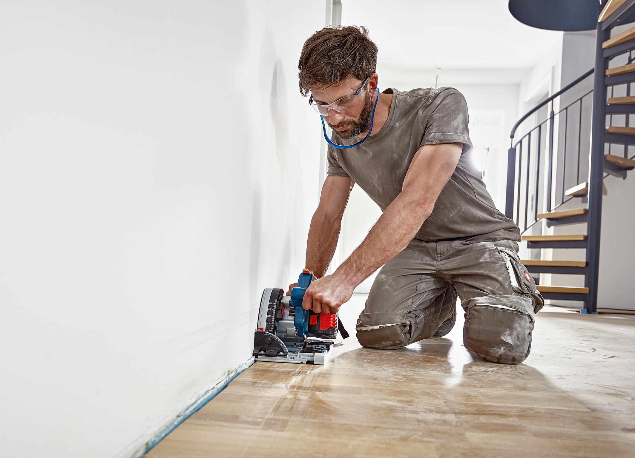Best in its class with a wall clearance of 10 millimeters: Cordless GKT 18V-52 GC Professional plunge saw from Bosch for professionals
