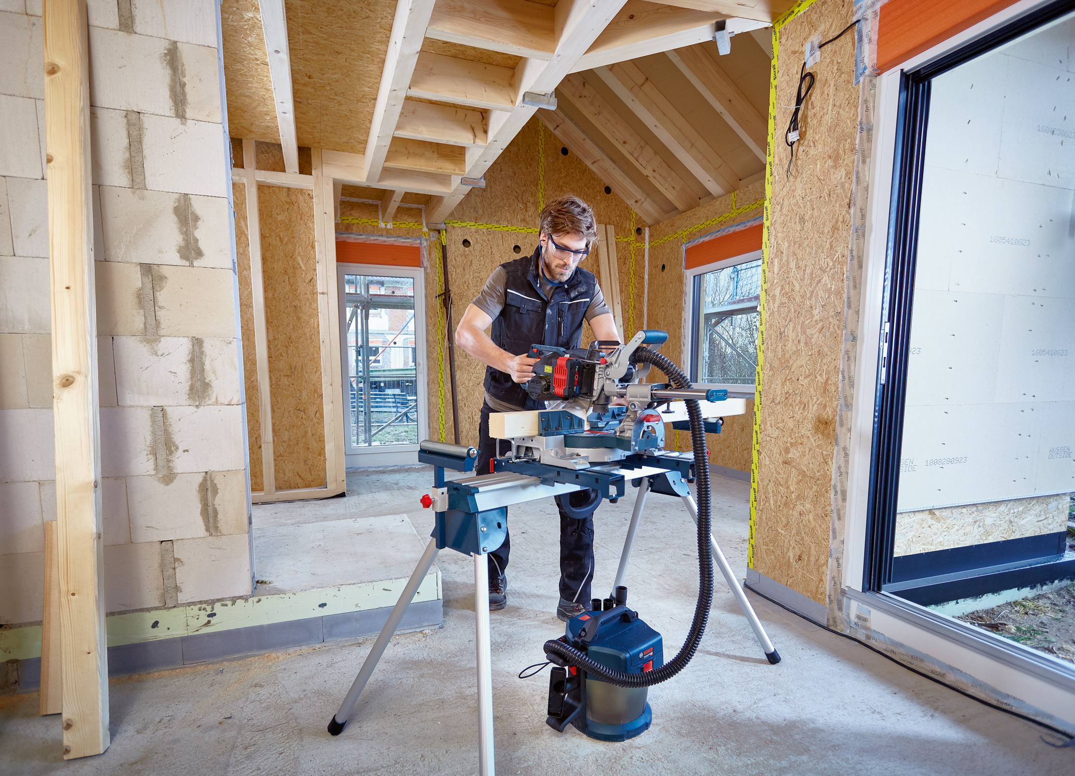 A wider range of applications than any other with 216 millimeter blade: Cordless GCM 18V-216 Professional sliding miter saw from Bosch for professionals