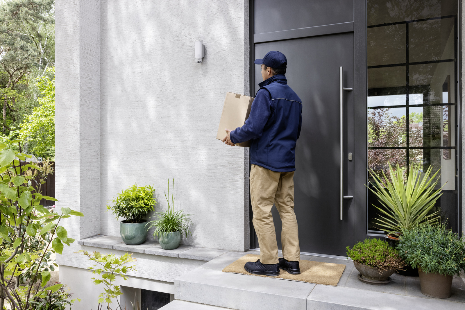 """With the """"Access Control"""" Service, the Eyes Outdoor Camera and the Linus® Smart Lock work together optimally."""