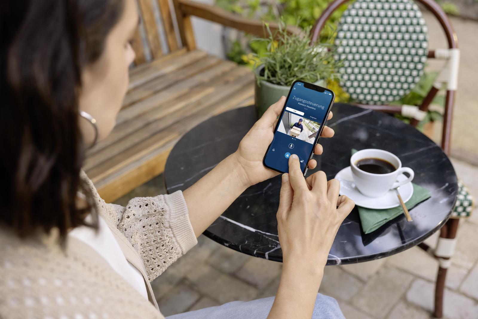 """Mit dem Dienst """"Zugangssteuerung"""" arbeiten die Eyes Outdoor Kamera und das Linus® Smart Lock optimal zusammen"""