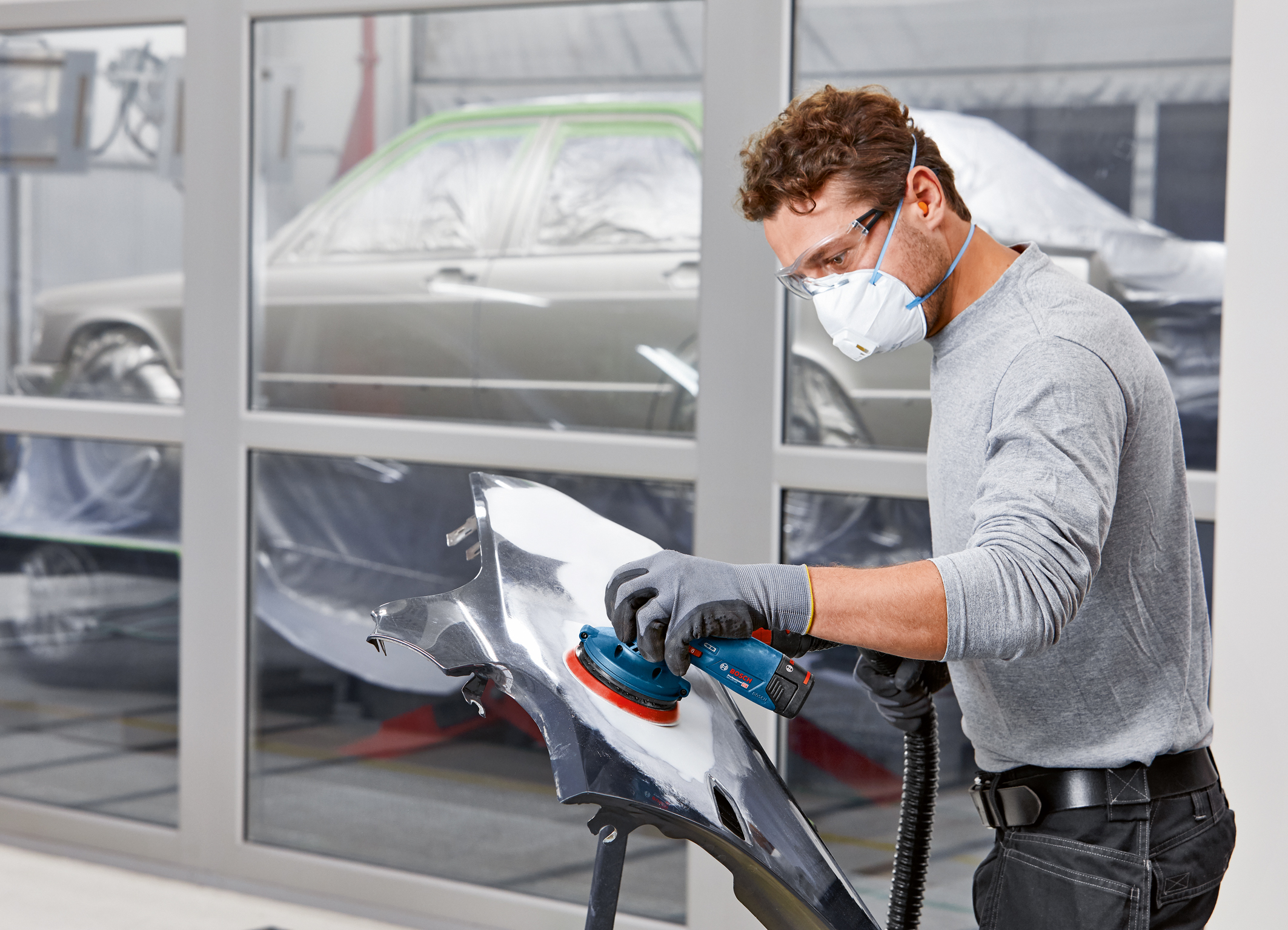 Flexible in use from coarse sanding to finishing: The first Bosch cordless random orbit sanders for pros