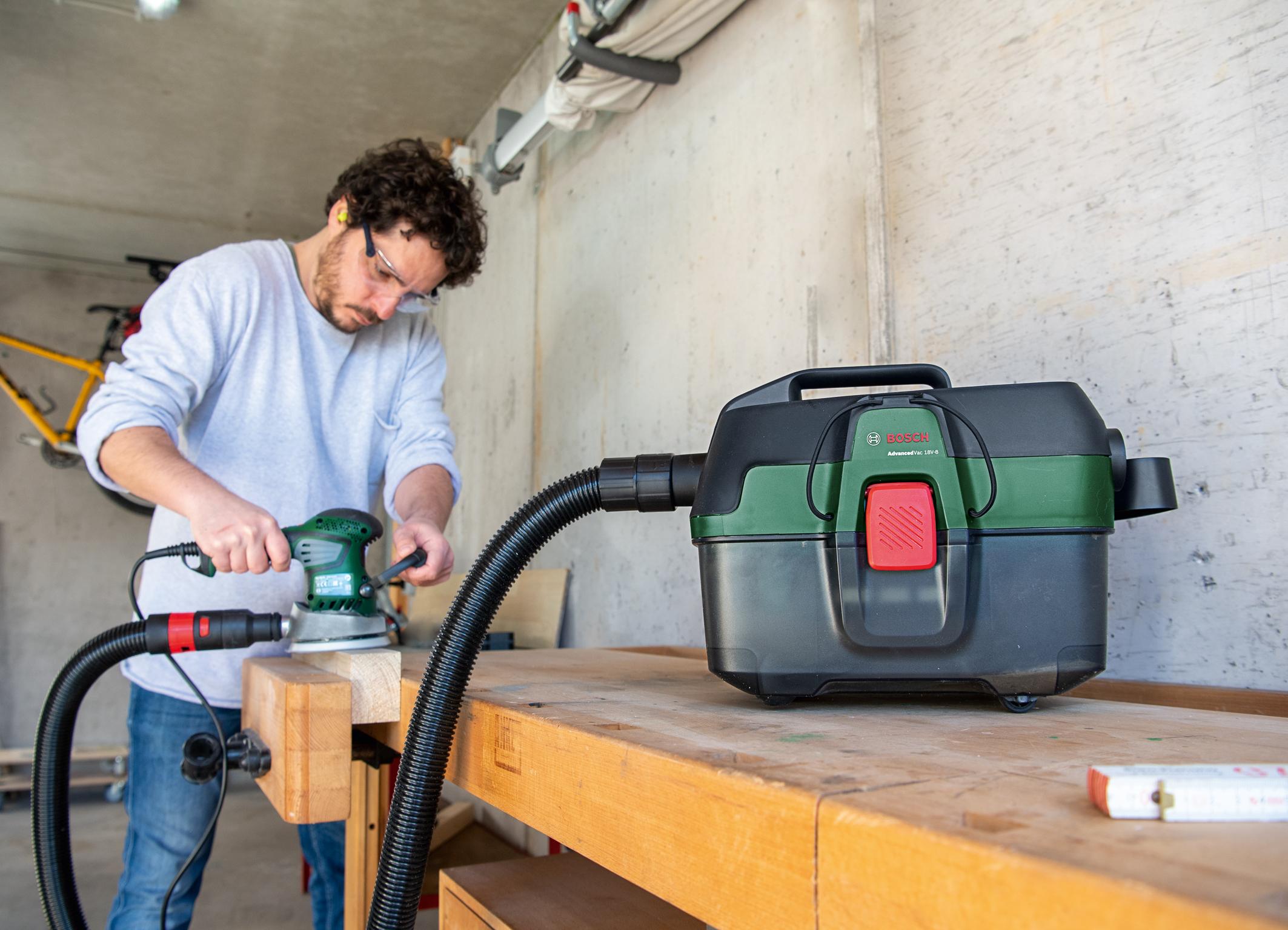 Universaladapter zur Staubabsaugung an Elektrowerkzeugen: Mobiles 3-in-1-Multitalent AdvancedVac 18V-8 von Bosch für Heimwerker
