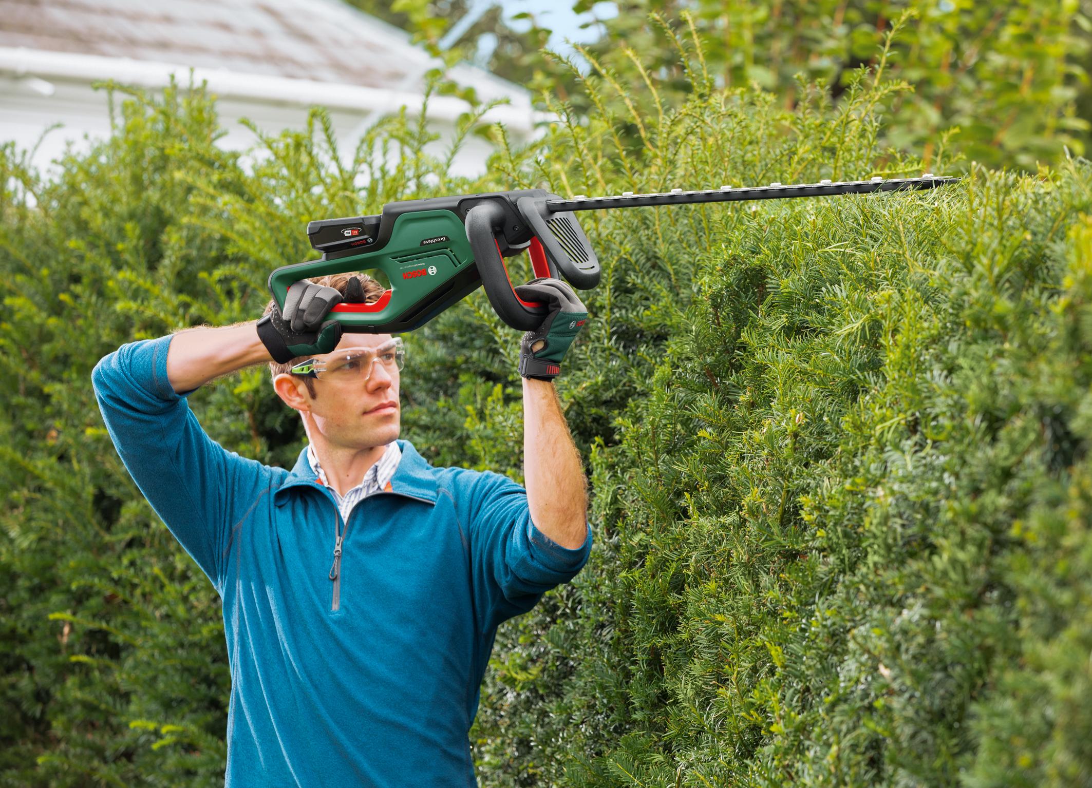 Besonders ergonomisch und leicht zu führen: UniversalHedgeCut 18V-50 und -55 von Bosch für Hobbygärtner