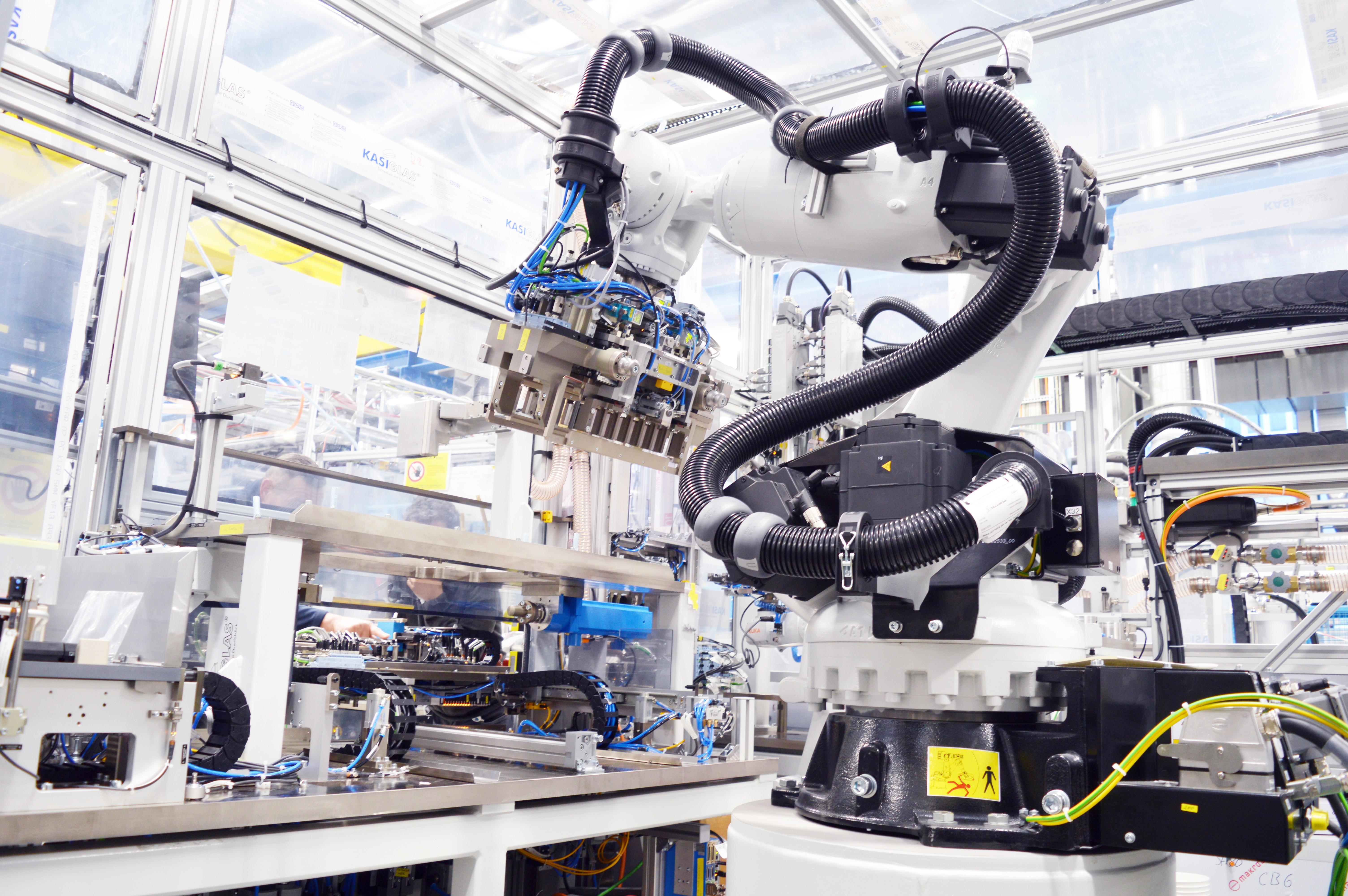 Roboter unterstützen bei der Batteriefertigung