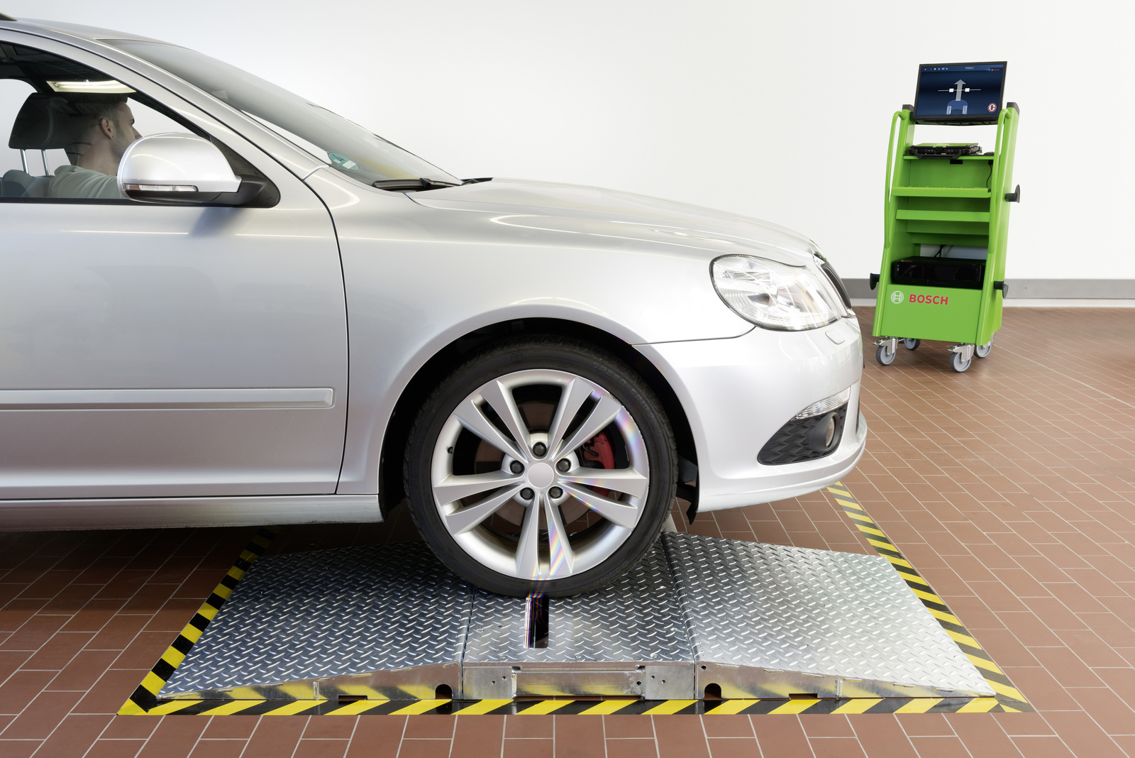 Automatic measurement of the tire tread depth at workshop checks