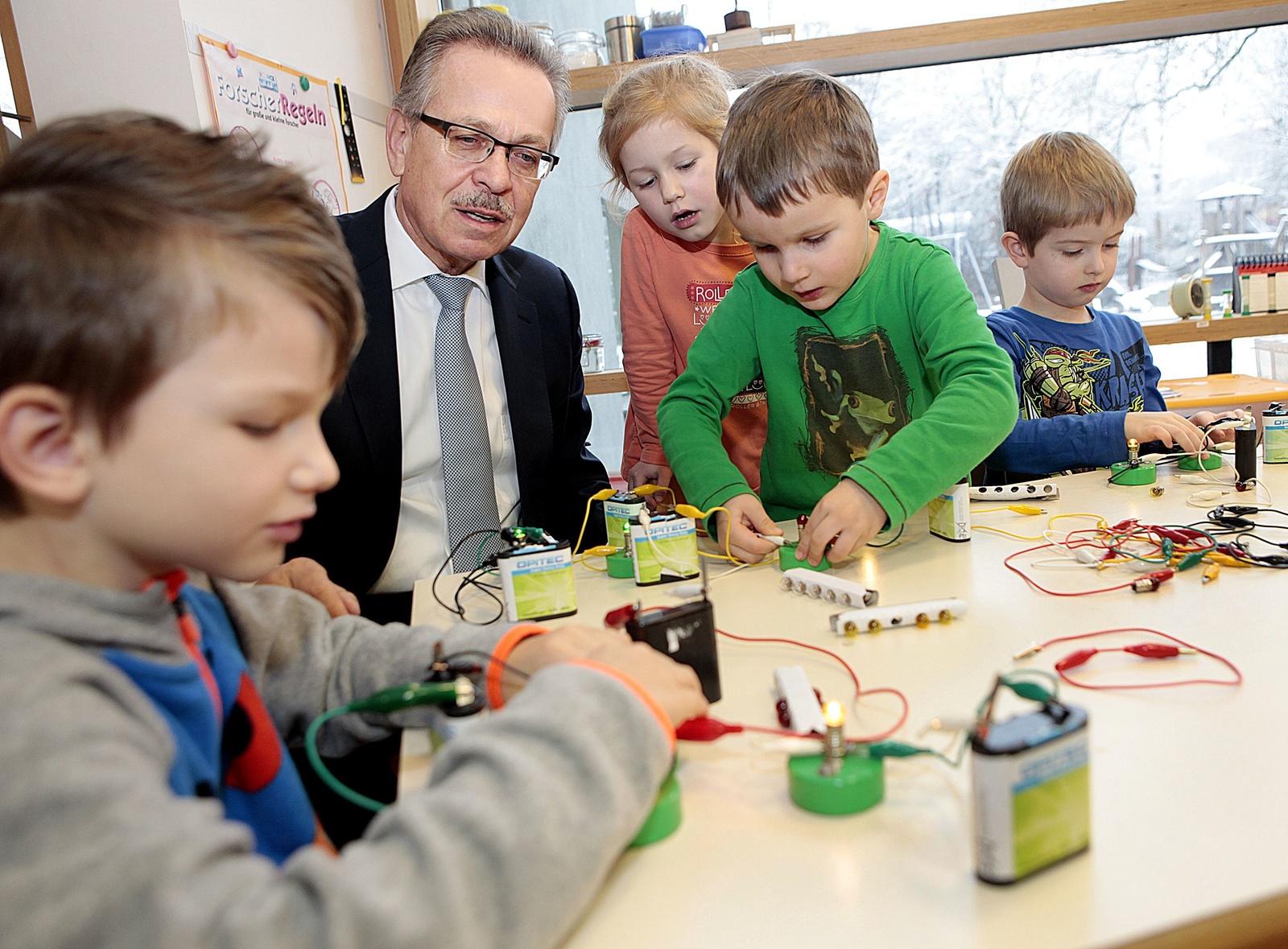 Franz Fehrenbach with children (Wissensfabrik)