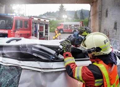 """Flexibler als hydraulisches Rettungsgerät:  Säbelsäge und Säbelsägeblatt """"Endurance for VehicleRescue"""" von Bosch"""