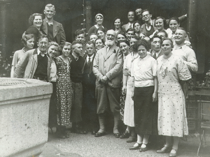 Robert Bosch with staff in Stuttgart-Feuerbach, 1935