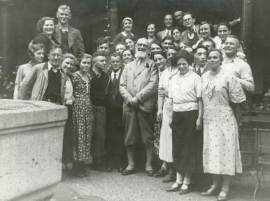Robert Bosch with staff in Stuttgart-Feuerbach, 1935