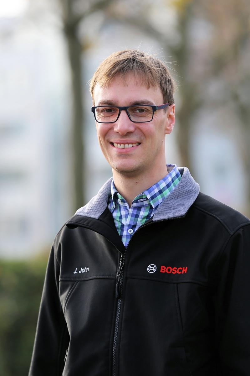 Janek John, Mitarbeiter im Besuchermanagement und verantwortlich für Werksführungen am Bosch-Standort Stuttgart-Feuerbach.