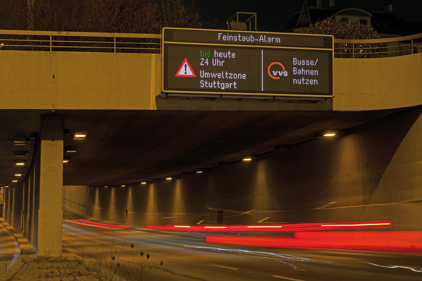 Schnelle Information an den großen Ein- und Ausfahrtstraßen: Warntafeln melden Autofahrern den Beginn und das Ende des Feinstaubalarms.