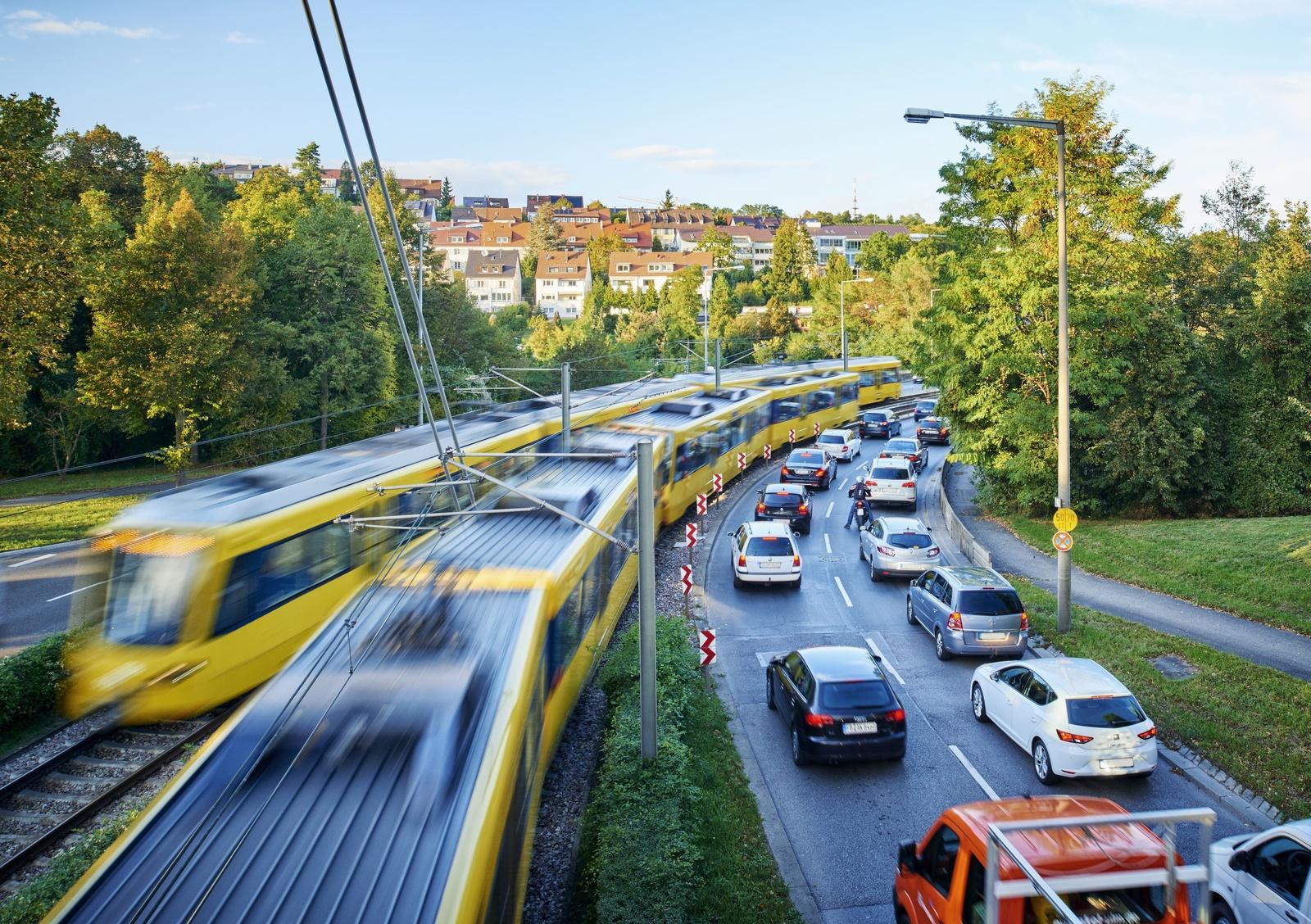 Viel Verkehr in Stuttgart: In der Landeshauptstadt ist der Kraftfahrzeugkehr eine besondere Feinstaubquelle. Autofahrer sollten an Tagen mit Feinstaubalarm möglichst auf die Busse und Bahnen des VVS umsteigen.