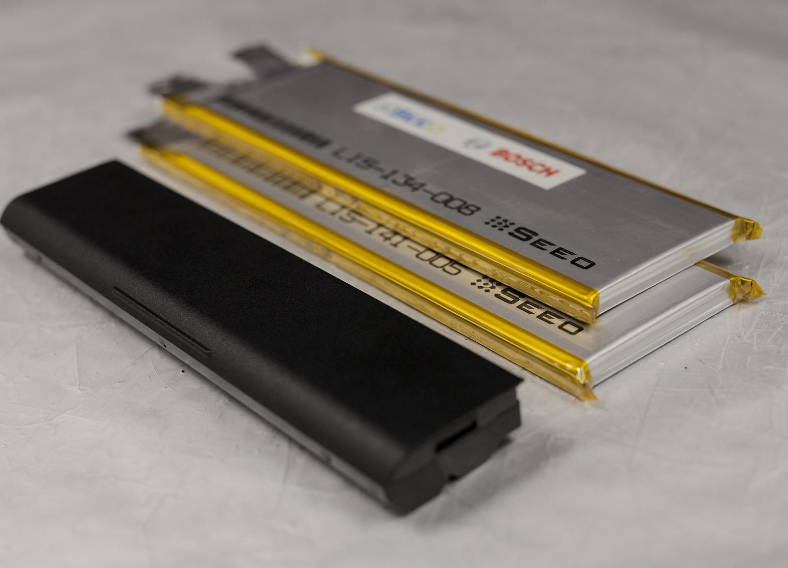Neue Batterie aus Festkörperzellen verglichen mit einer Netbook-Batterie
