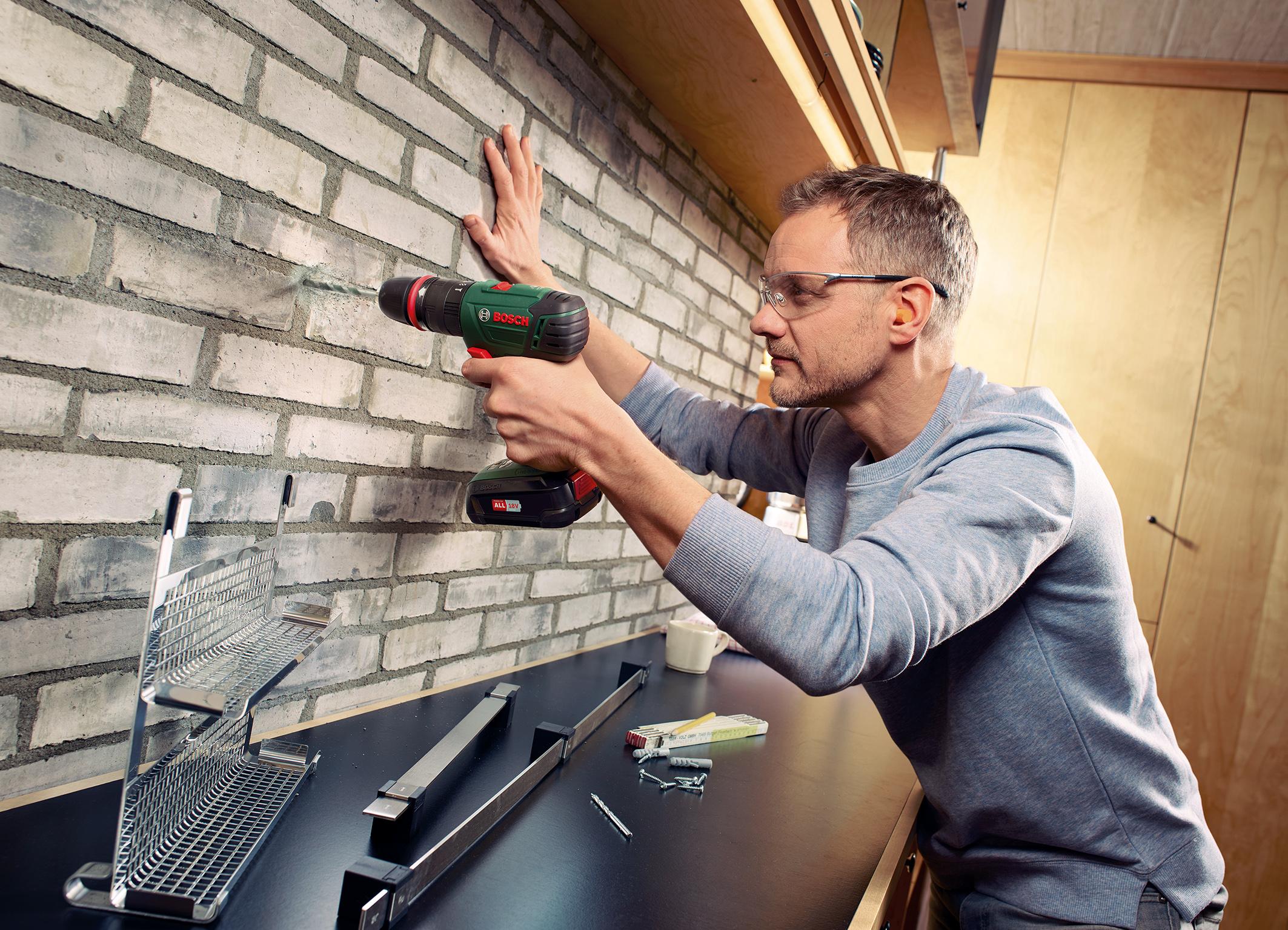 Akku-Schlagbohrschrauber-System für Heimwerker: AdvancedImpact 18 QuickSnap von Bosch mit Bohrfutteraufsatz
