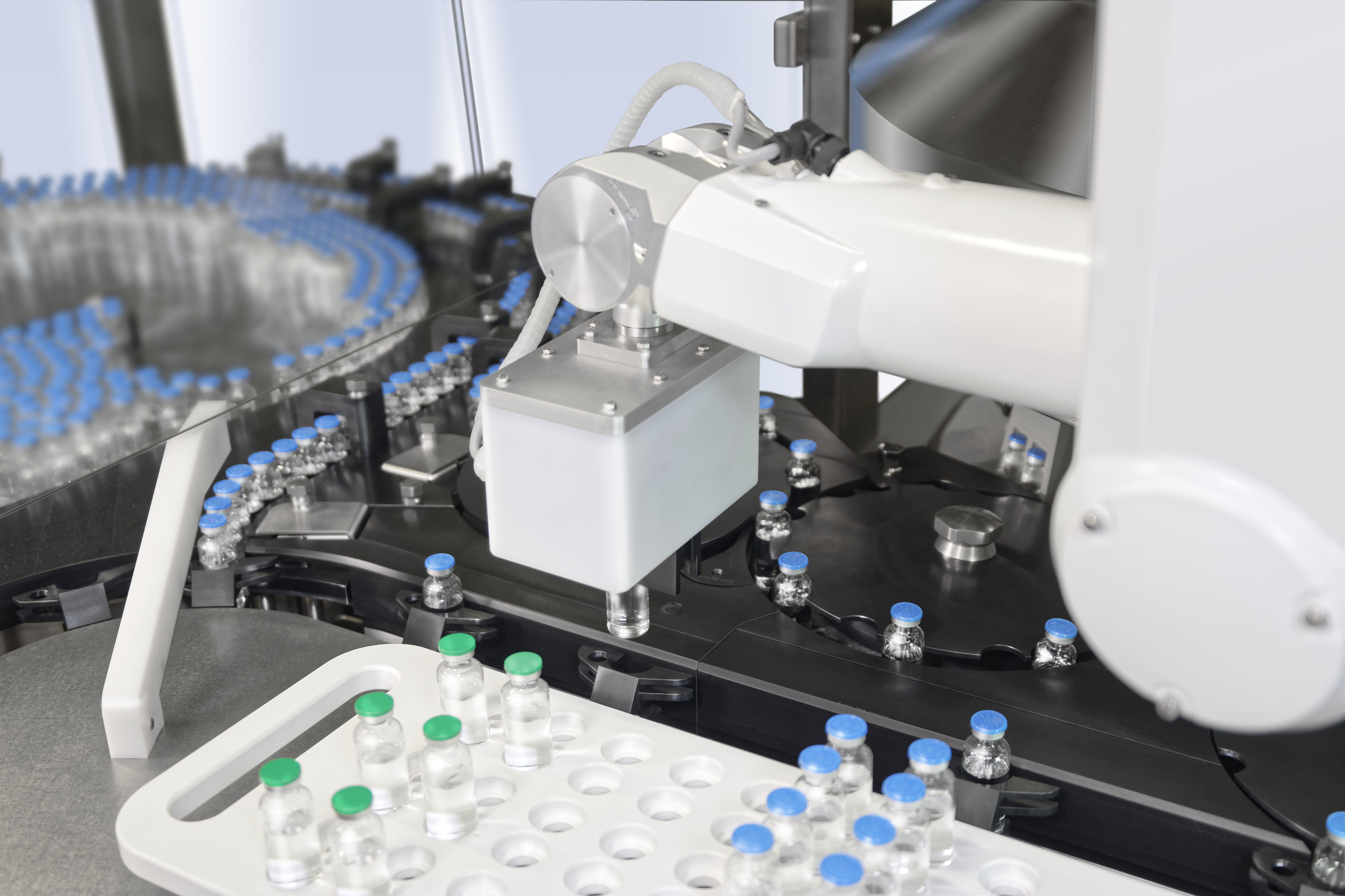 Inspektion von bis zu 600 Glasbehältnissen pro Minute basierend auf Gruppenprüfung