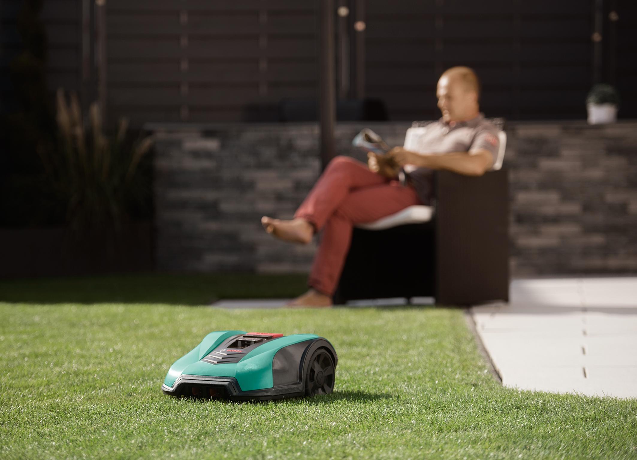 zus tzlicher schutz f r den neuen indego die indego garage f r roboter m her von bosch bosch. Black Bedroom Furniture Sets. Home Design Ideas
