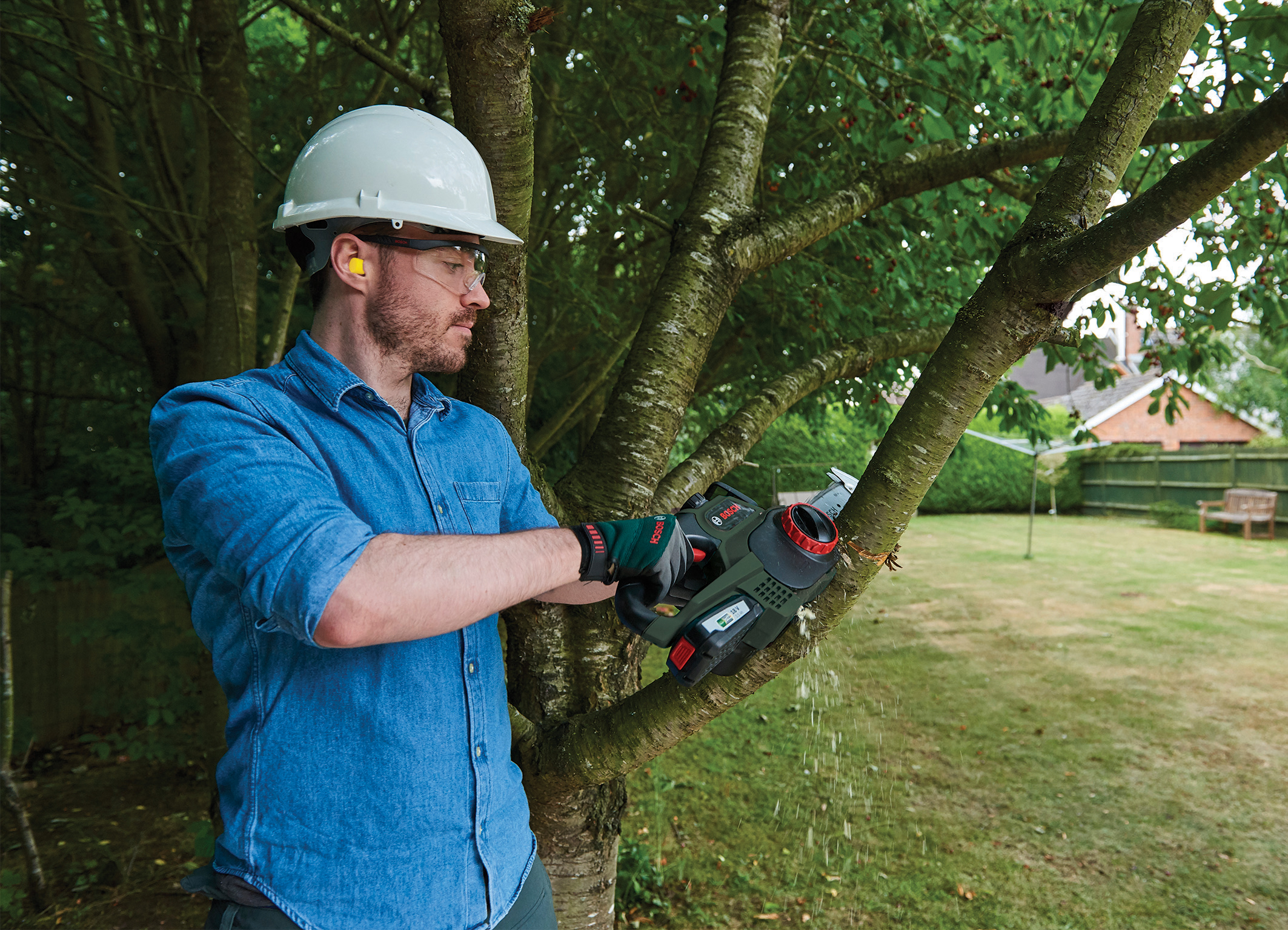 Saw with particular comfort and control: Convenient 18 volt chainsaw from Bosch