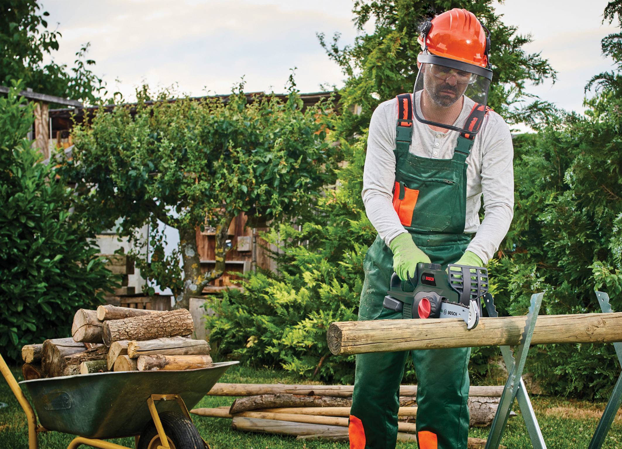 One tool for multiple sawing tasks in the garden: Convenient 18 volt chainsaw from Bosch