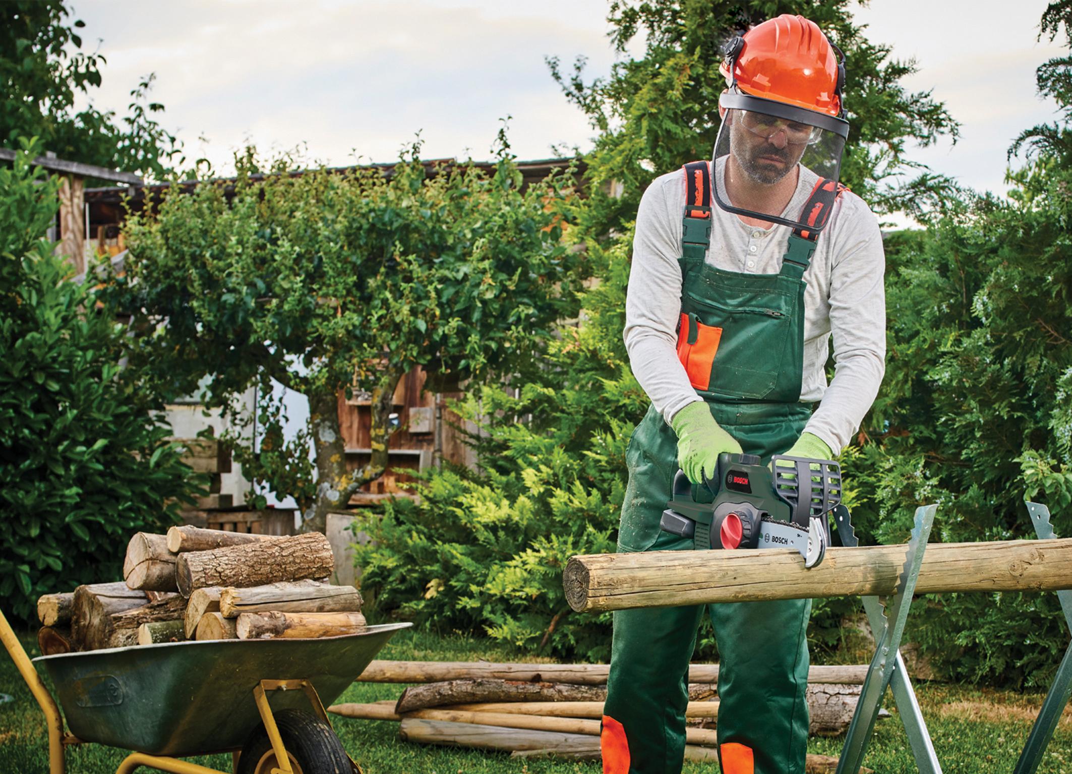 Ein Gerät für viele Sägeaufgaben im Garten:  handliche 18 Volt-Kettensäge von Bosch