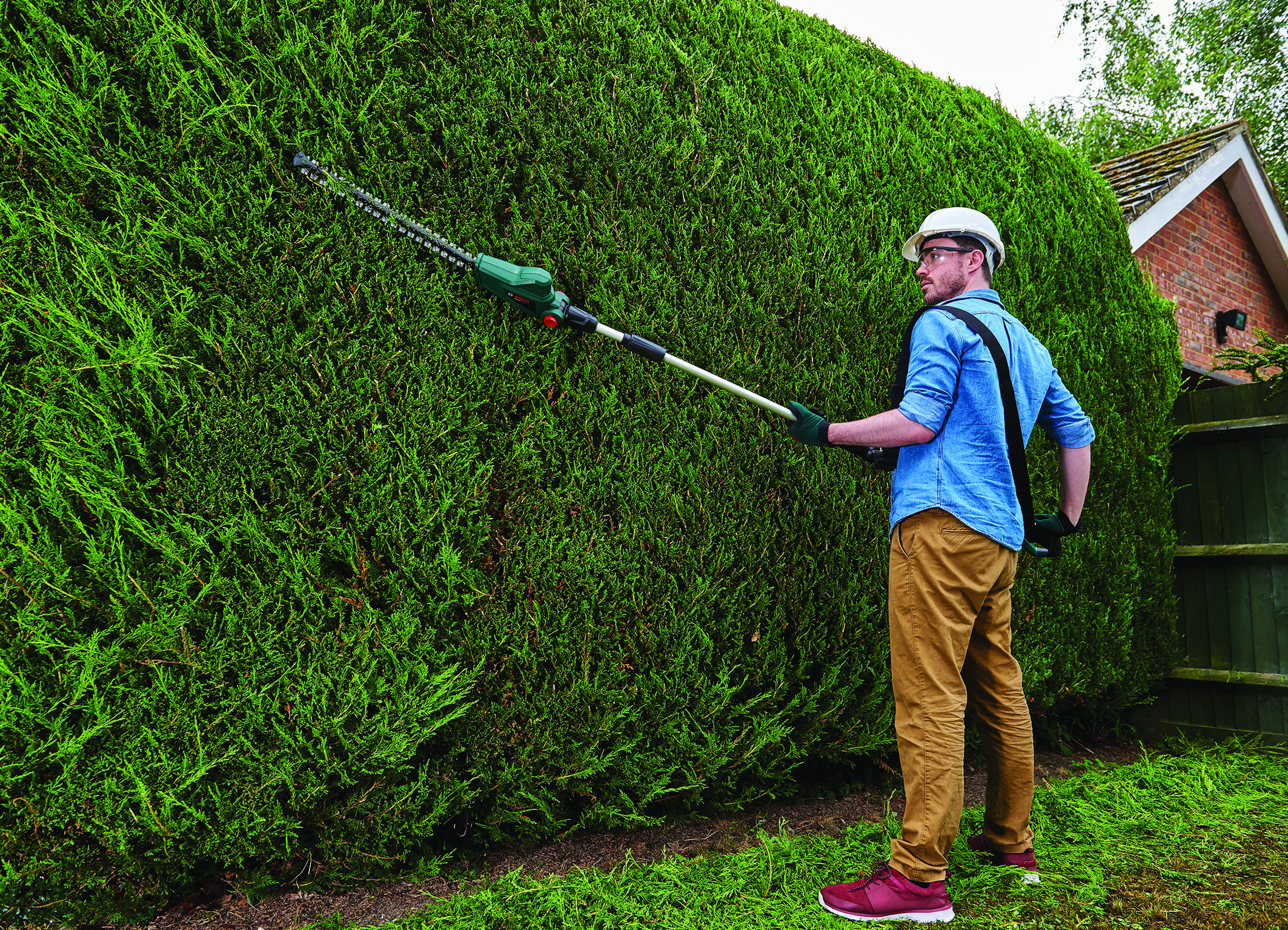 For trimming young shoots from tall hedges: UniversalHedgePole 18 hedgecutter from Bosch