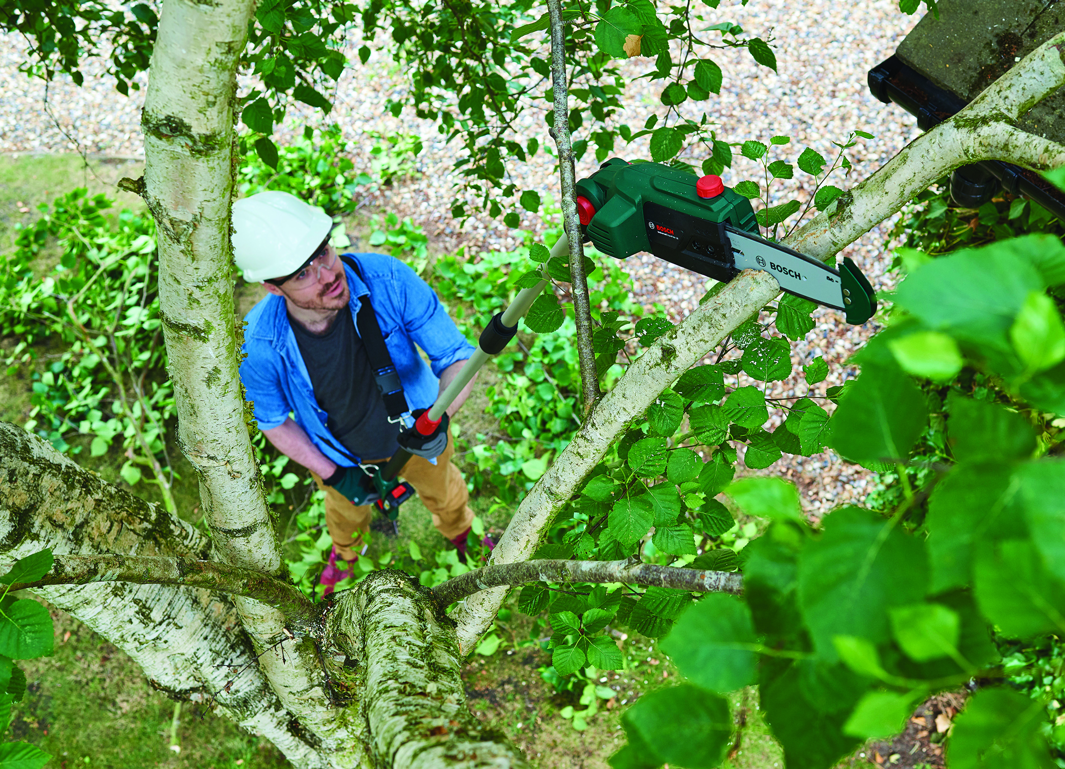 For hard-to-reach branches of up to 150 millimeters in diameter: UniversalChainPole 18 pruner from Bosch